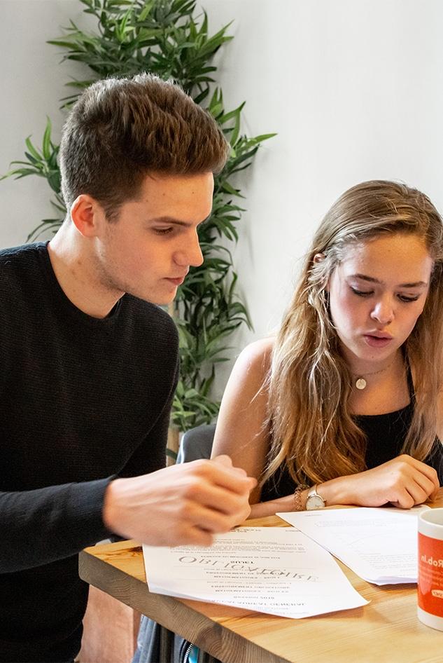 Professeur de maths aide une élève sur ses exercices