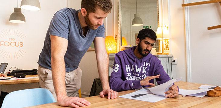 Professeur d'anglais accompagnant un élève sur un texte anglophone