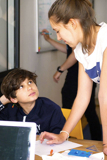 Enseignante de français accompagné d'un élève de classe de 3ème